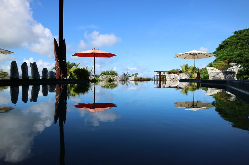 Amazing mirrored reflections on the Infinity Pool at Deco Stop Lodge