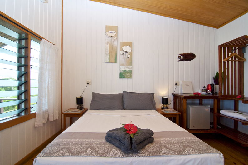 Deluxe Double Room at Deco Stop Lodge - queen bed
