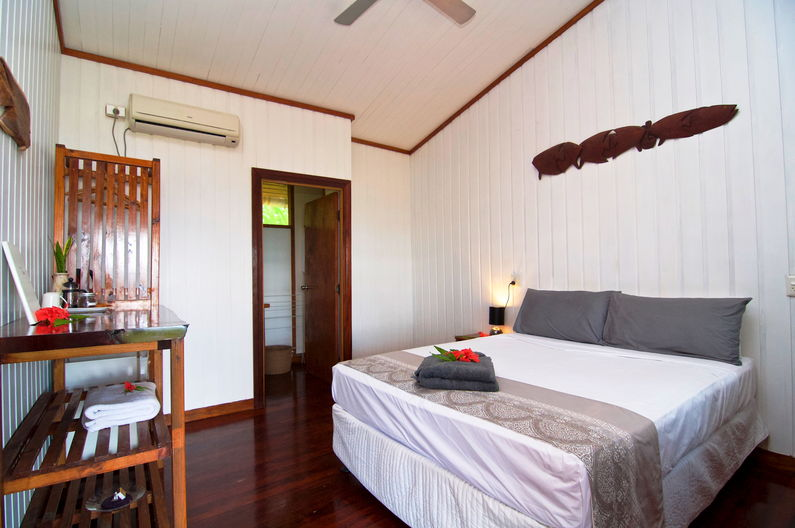 Single / Double Room at Deco Stop Lodge – Queen sized bed